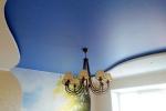 оформление потолка в синих тонах