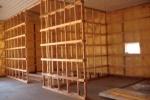 деревянный каркас с дверью