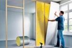 процесс утепления стенки с дверью