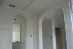 отделанная гипсокартоном стенка с дверью