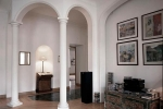 интерьер комнаты с арками