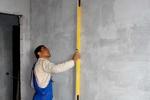проверка стен строительным уровнем
