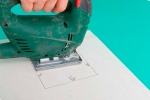 вырезание отверстия в листе гипсокартона