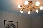 потолок из гкл с люстрой