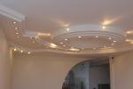 точечные светильники на потолке из гкл