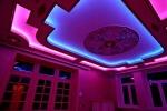 конструкция с фиолетовой подсветкой
