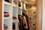 оформление полочек в гардеробной