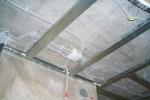 крепление проводки на потолке