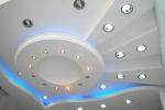 светлый потолок в гостинной