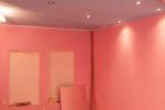 розовое оформление потолка