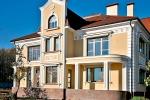 отделанный фасад двухэтажного дома