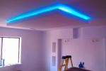 смонтированная подсветка на потолке