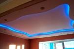 синяя подсветка потолка в комнате