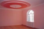 оформление потолка в розовых тонах