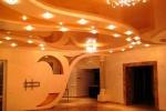 интерьер и оформление потолка в зале