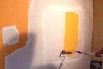 процесс покраски стены в желтый цвет