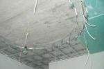 пример крепления проводов на потолке