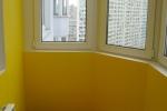 желтая штукатурка на балконе