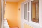 балкон в желтых тонах