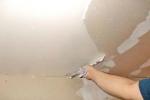 нанесение шпатлевки на потолок