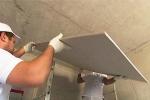 монтаж гипсового материала на потолок