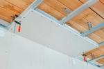 монтаж материала на потолок