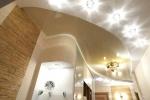 смонтированные светильники на потолке