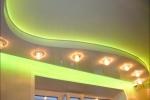фигурный гипсокартонный потолок со светильниками