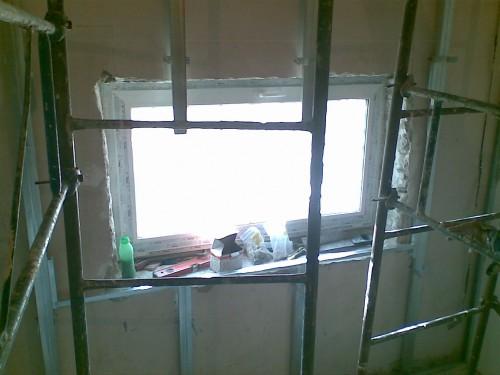 вид окна под каркасом из профилей