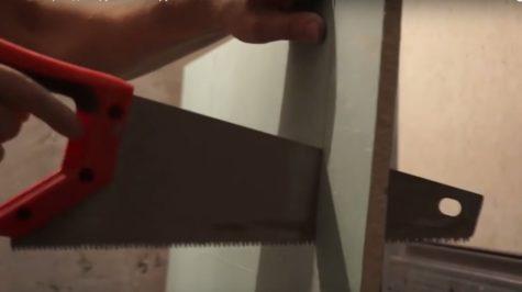 вырезается отверстие для люка