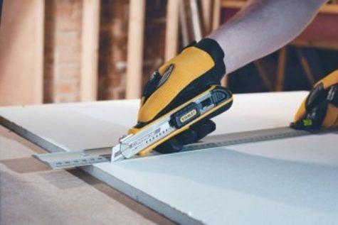 разрезание гипсокартона с помощью строительного ножа