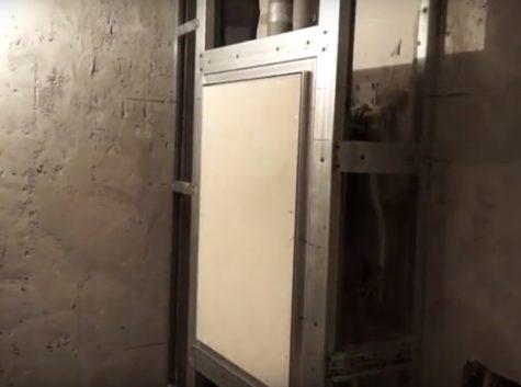 установленный люк в металлическом каркасе