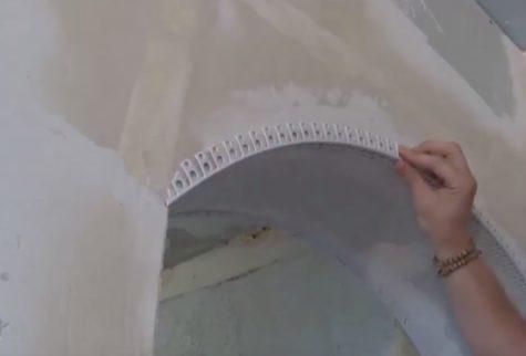 укладка арочного перфорированного уголка