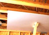 Отделка потолка гипсокартоном в доме из дерева