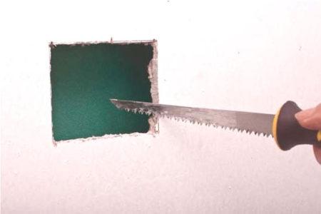 Квадратное отверстие в листе гипсокартона