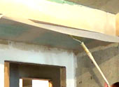 Процесс наклеивания стеклохолста на гипсокартон