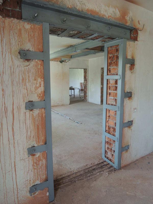 как вырезать дверной проем в кирпичной стене