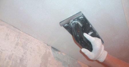 затирание потолка
