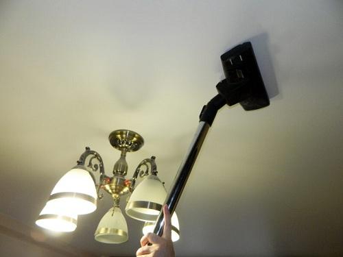 очистка потолка пылесосом