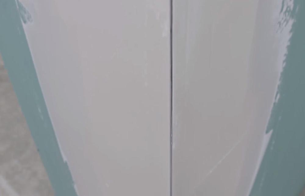 На угловой профиль нанесена шпатлевка 2 раза
