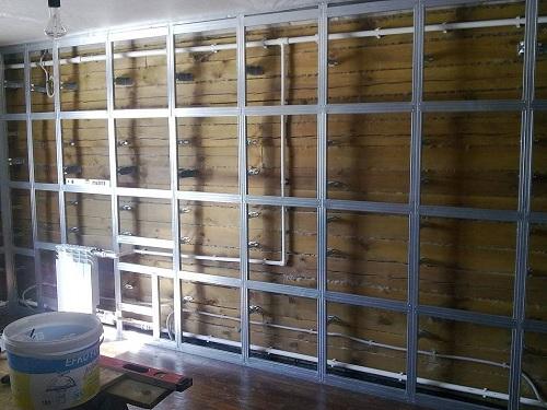 Выравнивание стены в деревянном доме металлическими профилями