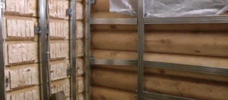 Металлический каркас на деревянной стене