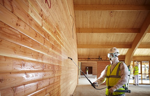 Деревянные стены обязательно обрабатываются антисептиком