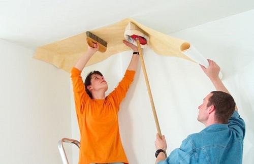 Перед поклейкой обоев следует потолок грунтовать