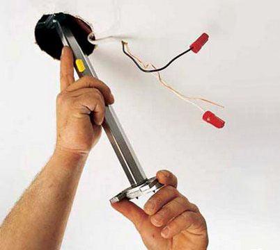 Провода в отверстии для точечного светильника