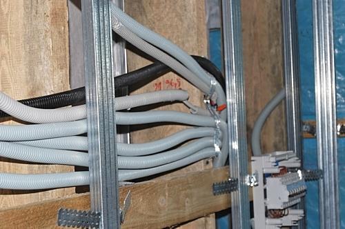Провода помещаются в гофрированный рукав, чтобы не было контакта с металлом