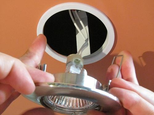 Снятие точечного светильника