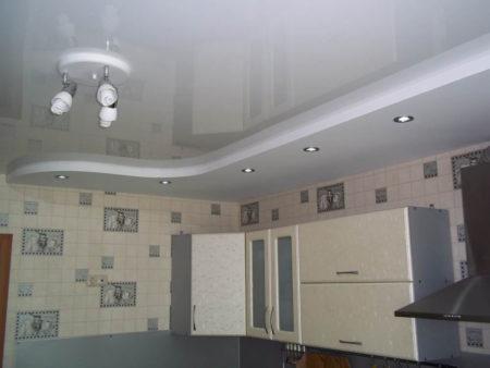 потолок точечные светильники