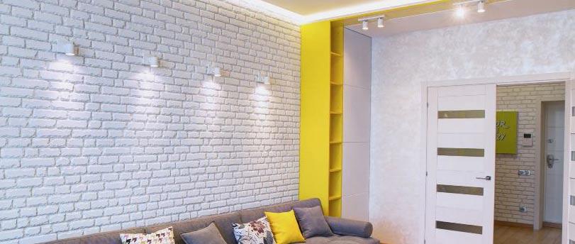 Внутренняя отделка стен в квартире гипсовой плиткой под камень