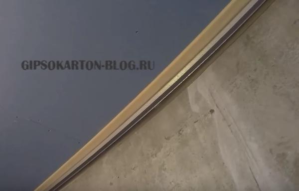 направляющий профиль на потолке